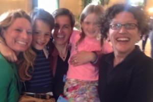 Instant de soulagement et de joie pour les responsables de Familles arc-en-ciel et leurs enfants, dans la salle des pas perdus du Palais fédéral. Photo FB/Regenbogenfamilien.